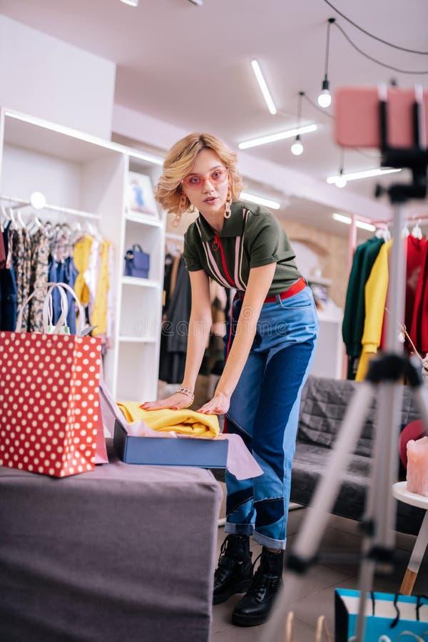 Chuderlawy elegancki mody blogger mówienie podczas gdy filmujący wideo fotografia stock