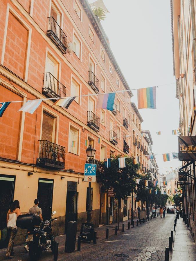 CHUECA, МАДРИД, ИСПАНИЯ - 28-ОЕ ИЮНЯ 2019: Улицы города Мадрида подготавливают получить гей-парад 2019MADRID, ИСПАНИЮ стоковая фотография
