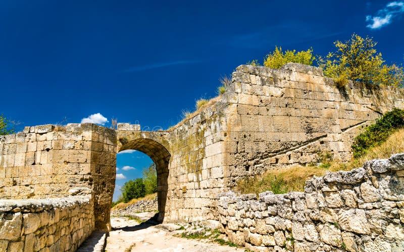 Chufut-Kohl, eine ruinierte mittelalterliche Stadtfestung in den Krimbergen stockfotos