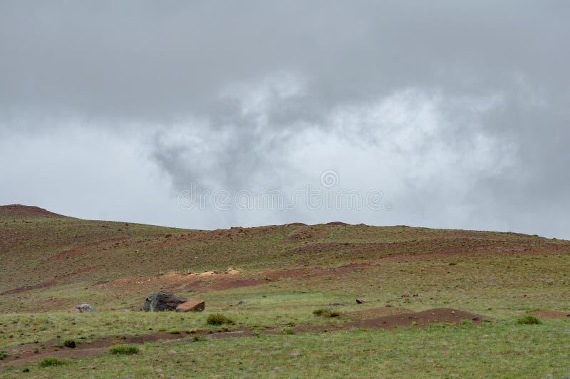 Chui-Steppe an den Sommerwolken und an der Ansicht über Altai-Berge, Altai-Republik, Sibirien, Russland lizenzfreie stockfotos