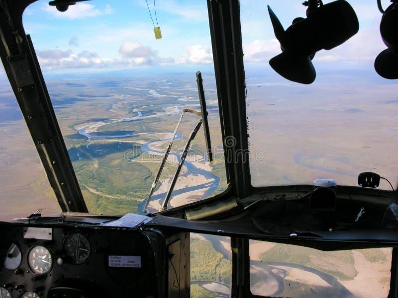 Chukotka本质和村庄的看法从直升机的高度的 库存照片