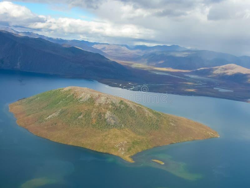 Chukotka本质和村庄的看法从直升机的高度的 免版税库存照片