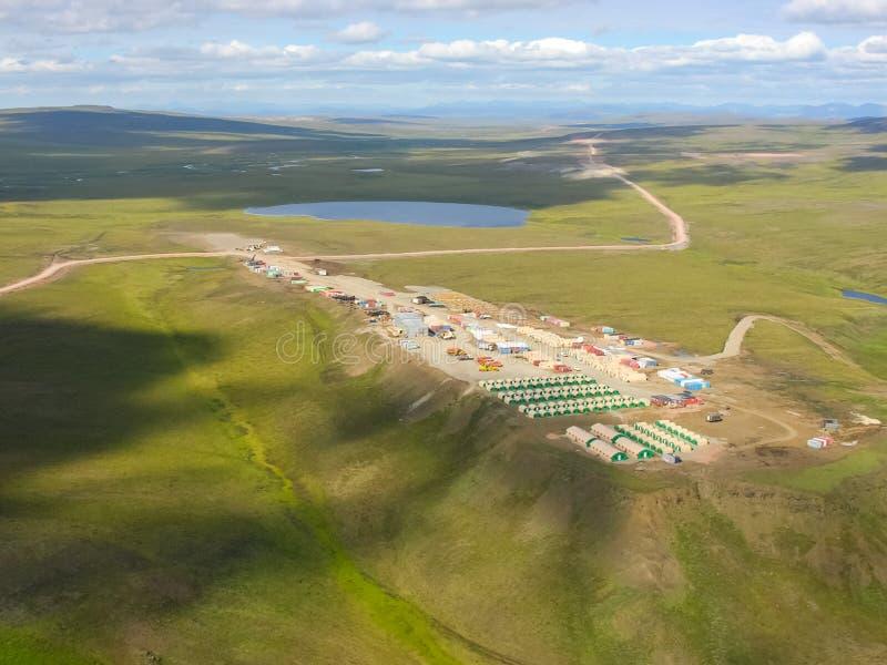 Chukotka本质和村庄的看法从直升机的高度的 免版税图库摄影
