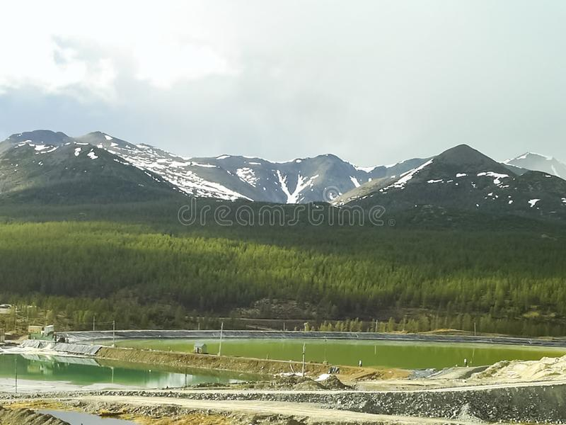 Chukotka本质和村庄的看法从直升机的高度的 免版税库存图片