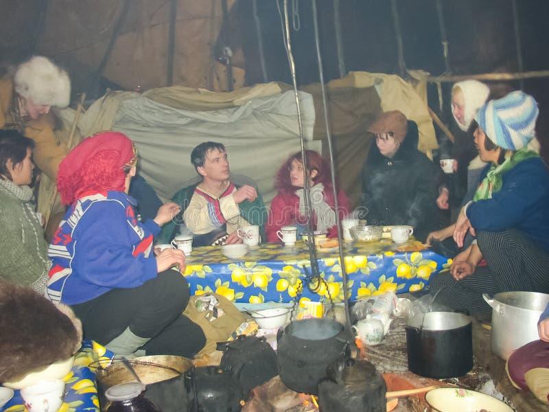 Chukotka in Bilibino, Chukchi Gebeurtenissen en handel, Nationale kleding De markt van de winter stock foto