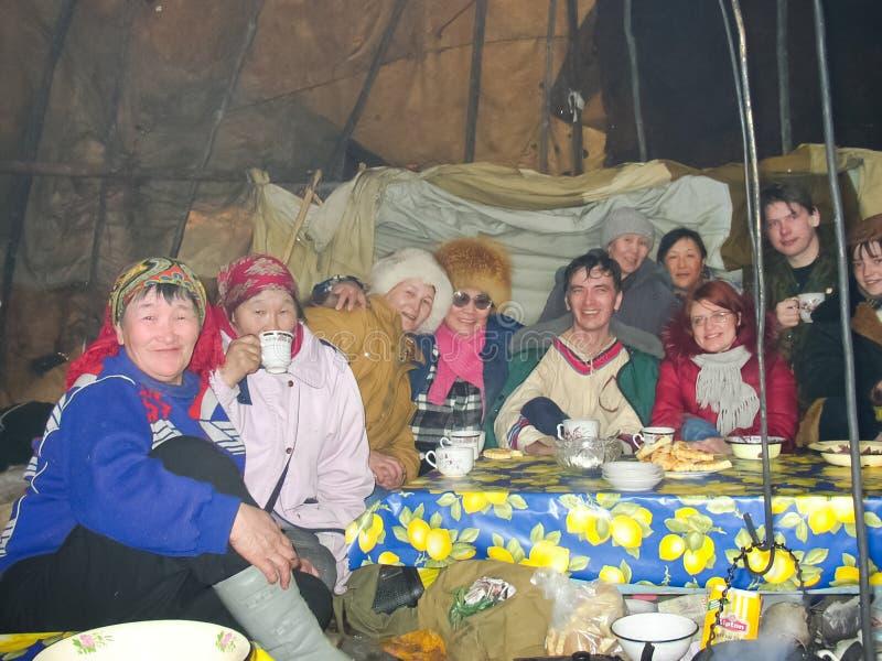 Chukotka in Bilibino, Chukchi Gebeurtenissen en handel, Nationale kleding De markt van de winter stock afbeeldingen