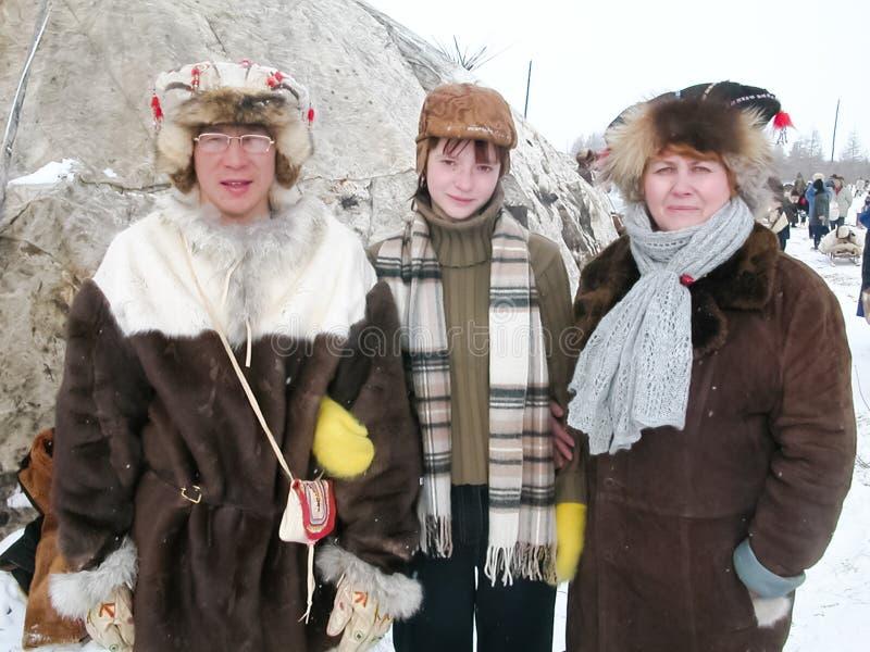 Chukotka in Bilibino, Chukchi Gebeurtenissen en handel, Nationale kleding De markt van de winter stock foto's