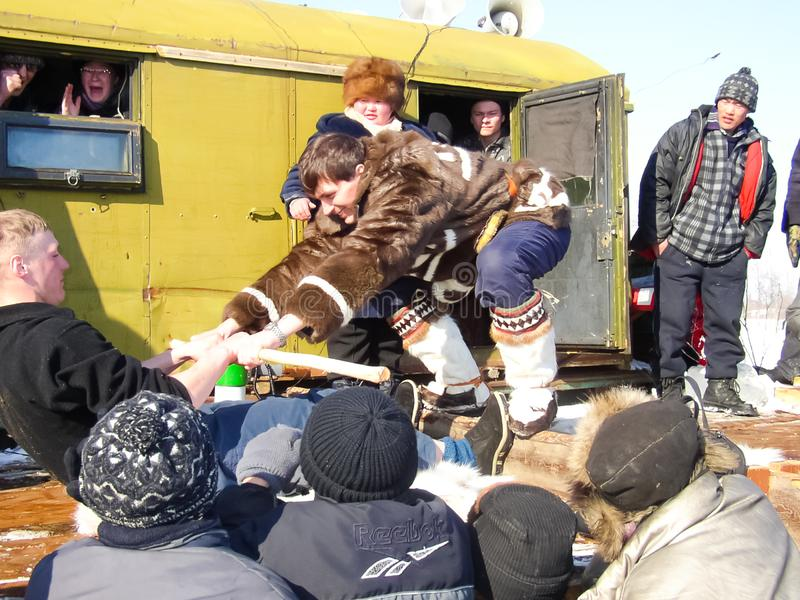 Chukotka in Bilibino, Chukchi Gebeurtenissen en handel, Nationale kleding De markt van de winter royalty-vrije stock afbeelding