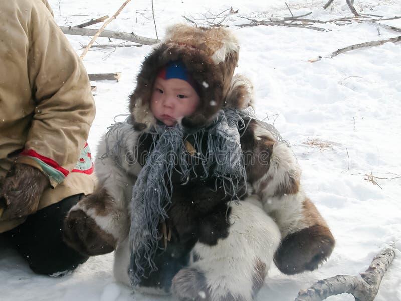 Chukotka in Bilibino, Chukchi Gebeurtenissen en handel, Nationale kleding De markt van de winter stock fotografie