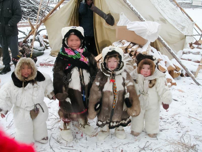 Chukotka in Bilibino, Chukchi Gebeurtenissen en handel, Nationale kleding De markt van de winter stock afbeelding