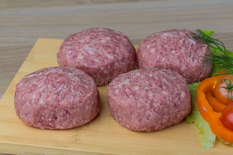 Chuleta cruda de la hamburguesa imagen de archivo libre de regalías