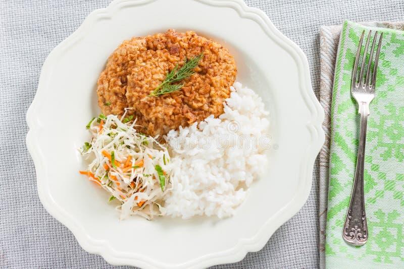 Chuleta de cerdo con arroz y ensalada de col fotografía de archivo