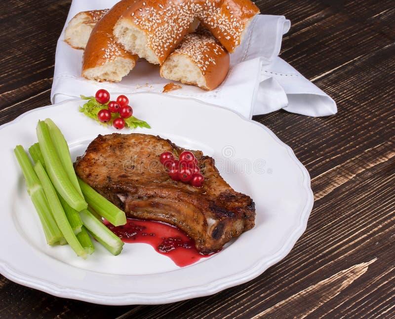 Chuleta de cerdo frita con la salsa de la pasa roja foto de archivo libre de regalías