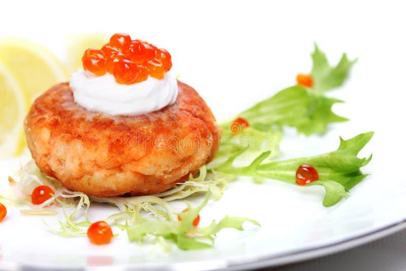 Chuleta de un salmón con un limón fotos de archivo libres de regalías