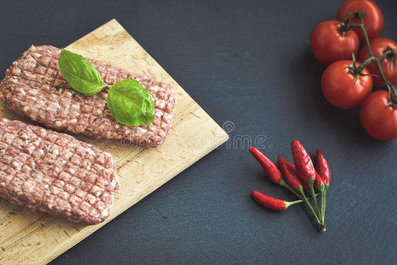 chuleta del filete de la carne cruda para la hamburguesa imagenes de archivo