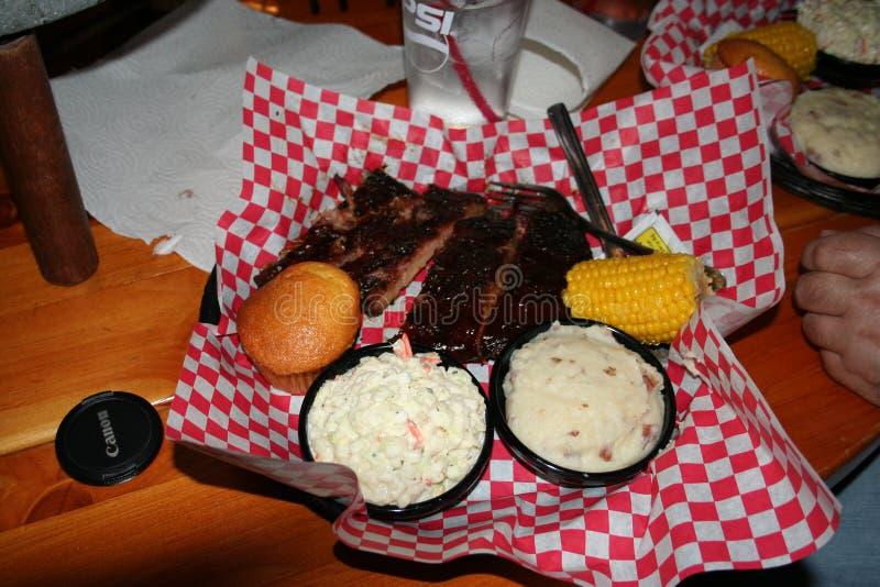 Chuletas de cerdo y lados del Bbq Luisiana imagenes de archivo