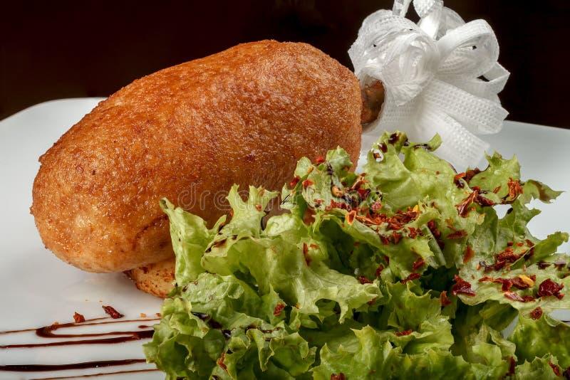 Chuletas del pollo con las hojas de la lechuga Tradición ucraniana de la nutrición fotografía de archivo