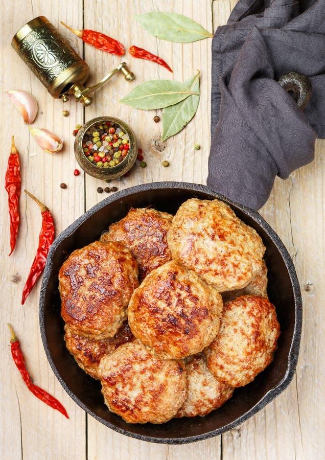 Chuletas fritas jugosas hechas en casa de la carne imágenes de archivo libres de regalías
