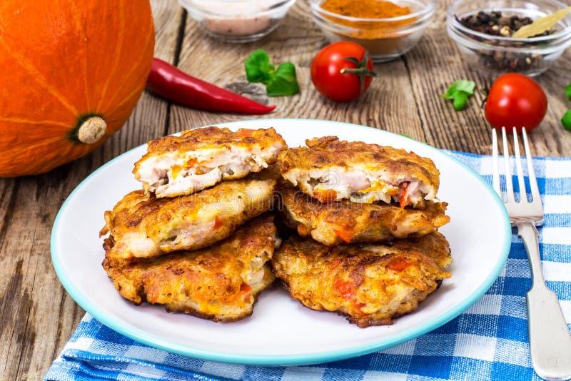 Chuletas vegetales con el pollo, pimientas y la calabaza imagenes de archivo