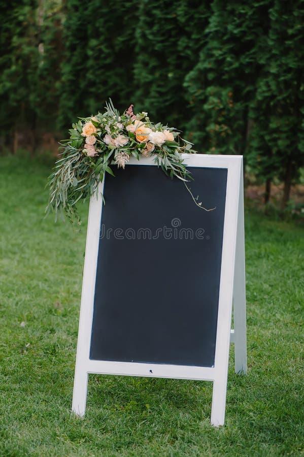 Chulk bräde, som står på gräset med bröllopinskriften royaltyfri bild