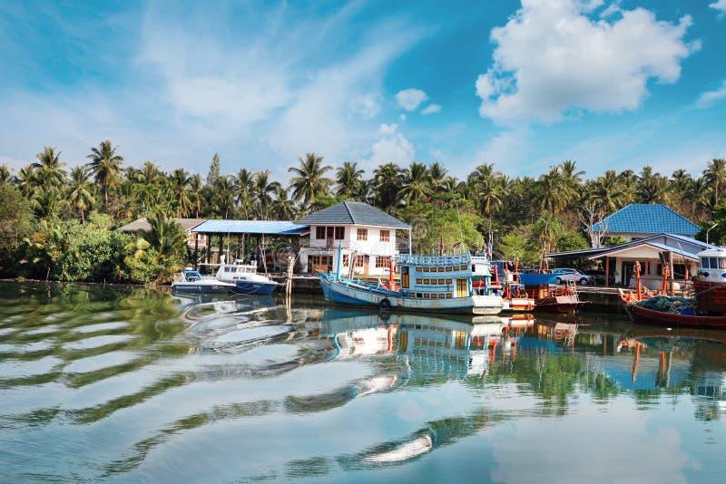 Chumphon, Thailand - 9 Februari 2014: Vissersboten bij de kust visserijdorpen Voorbereiding overzeese visserij stock afbeelding