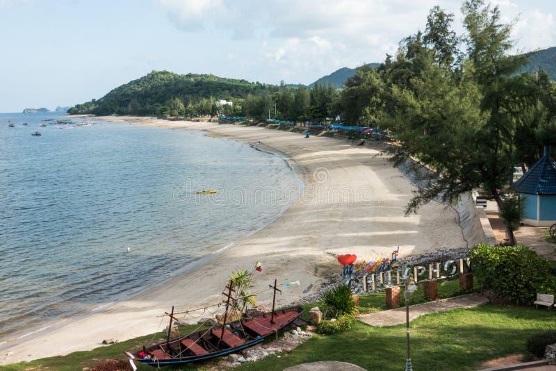 CHUMPHON, THAILAND - JUNI 13: Het strand van het krommezand in Chumphon, Tha royalty-vrije stock foto's