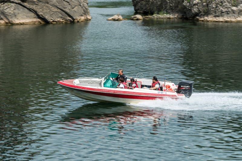 Chungcheongbuk-, Zuid-Korea - Augustus 29, 2016: De krachtige en gladde motorboot is kruis langs een eiland op Rivier van de rivi royalty-vrije stock afbeeldingen