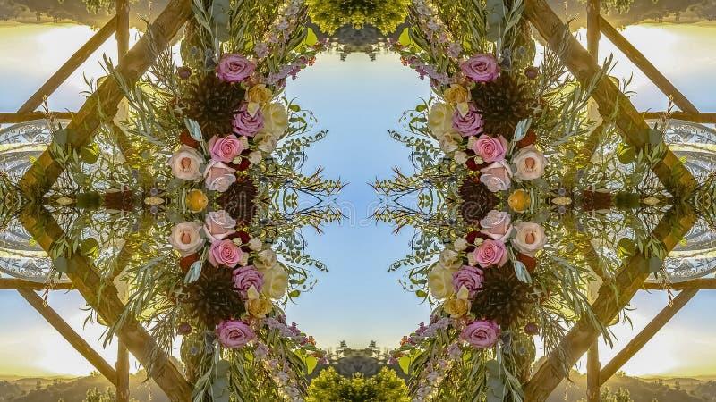 Chuppah全景反射性对称视图与花的在婚礼的圆安排在加利福尼亚 免版税库存照片