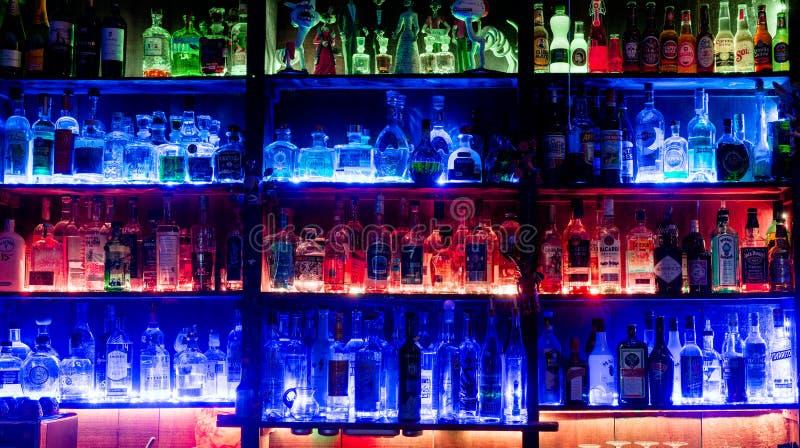 Chur, gr./Zwitserland - 14 Mei 2019: mening van beroemde en iconische Cuadro 22 bar in Chur met kleurrijke backlit planken met ve royalty-vrije stock foto