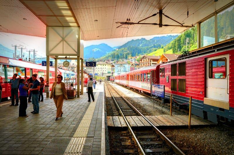 CHUR, SUIZA, AGOSTO, 20, 2010: Opinión sobre el ferrocarril del tren panorámico expreso de la montaña del glaciar Zermatt fotografía de archivo