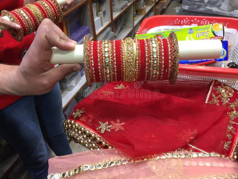 Chura impressionante nupcial da cor vermelha do casamento indiano do estilo do punjabi imagem de stock royalty free