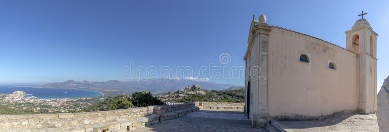 Church Notre-Dame de La Serra und Bucht von Calvi Korsika stockfotos