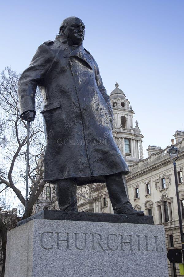 Churchill statua pokazuje Winston Churchill pozycję z jego ręką odpoczywa na jego chodzącym kiju zdjęcie royalty free