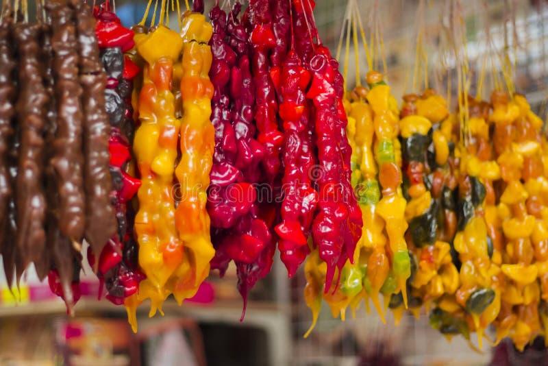 Churchkhela Doces caseiros caucasianos tradicionais com avelã, nozes, suco de uva, mel, farinha de trigo imagens de stock royalty free
