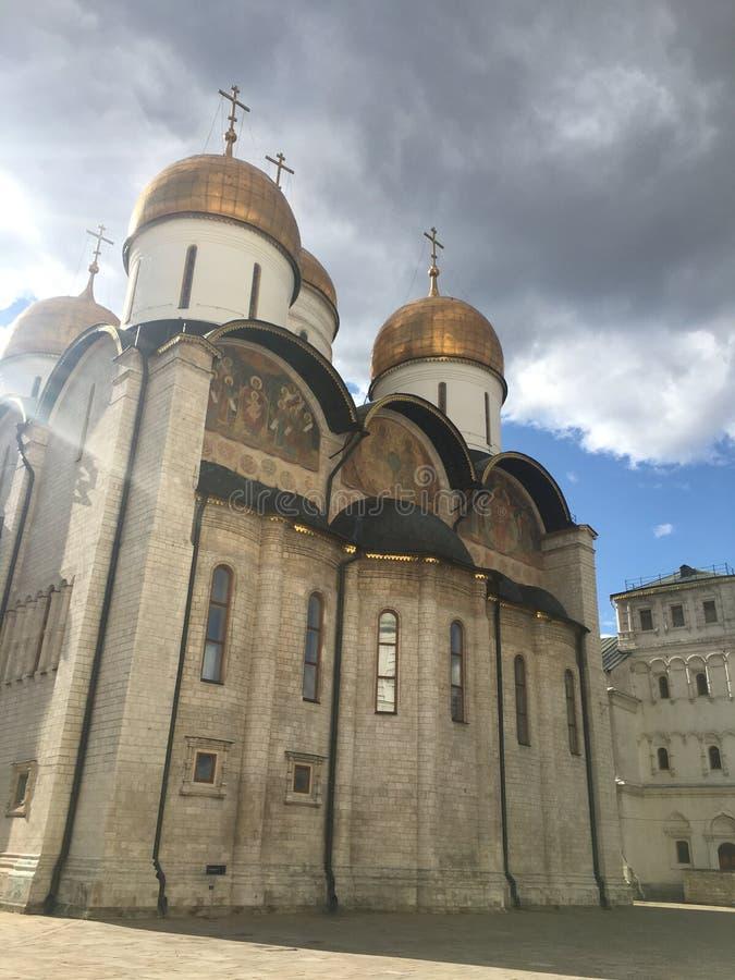 Churchs com cupules dourados em kremlin fotos de stock