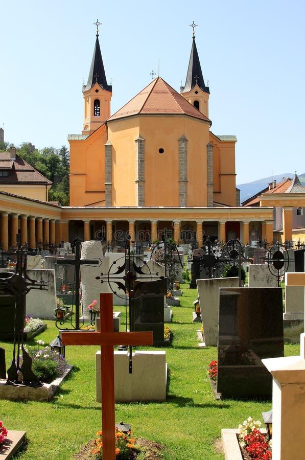 Churchyard em Bruneck, uma cidade em Italy norte foto de stock royalty free