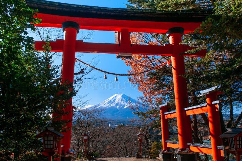 Chureito塔富士山红色鸟居门在中心在天空蔚蓝秋天下 Shimoyoshida -富士吉田市 免版税图库摄影