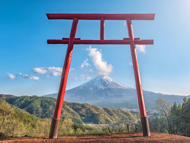 Chureito寺庙红色torii有山的富士作为背景 免版税库存图片