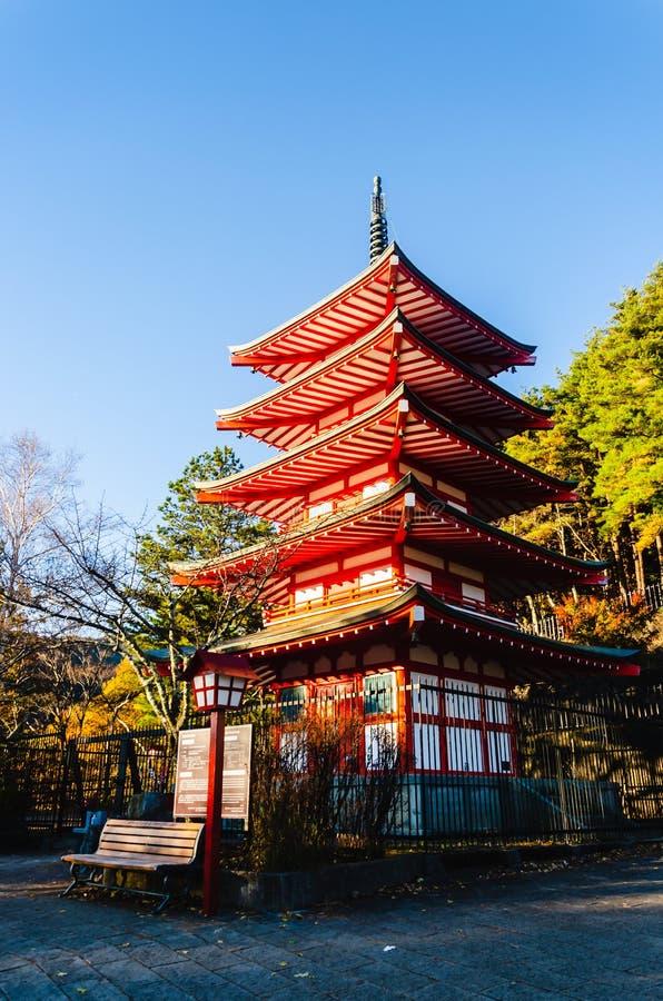 Chureito pagod i solnedgångljus med det Fuji berget, den mest famen arkivbild