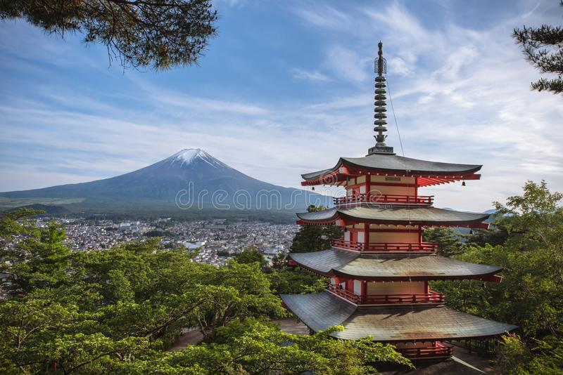 Chureito-Pagode mit dem Fujisan stockbild