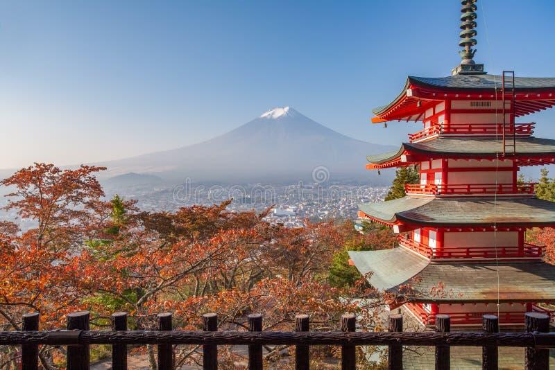 Chureito-Pagode und Berg Fuji mit Herbstlaub lizenzfreies stockbild