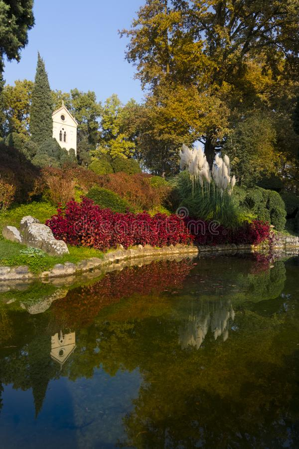 Churh και αντανάκλαση στον κήποSigurtà στοκ φωτογραφία με δικαίωμα ελεύθερης χρήσης