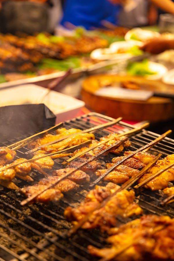 Churrasco de Satay da galinha no assado no mercado de rua foto de stock royalty free