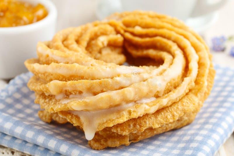 Churro donuts och bunke av honung royaltyfri bild