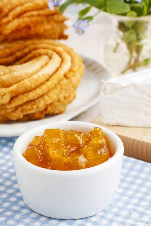 Churro donuts och bunke av honung royaltyfri foto