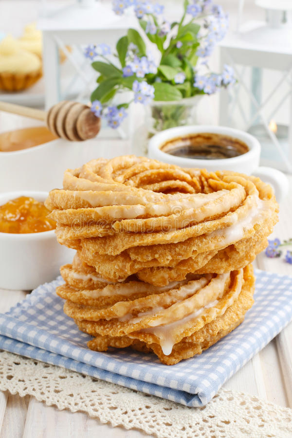 Churro donuts och bunke av honung arkivfoton
