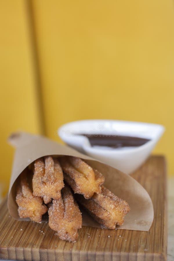 Churros油煎了酥皮点心服务用巧克力热饮调味汁 库存图片