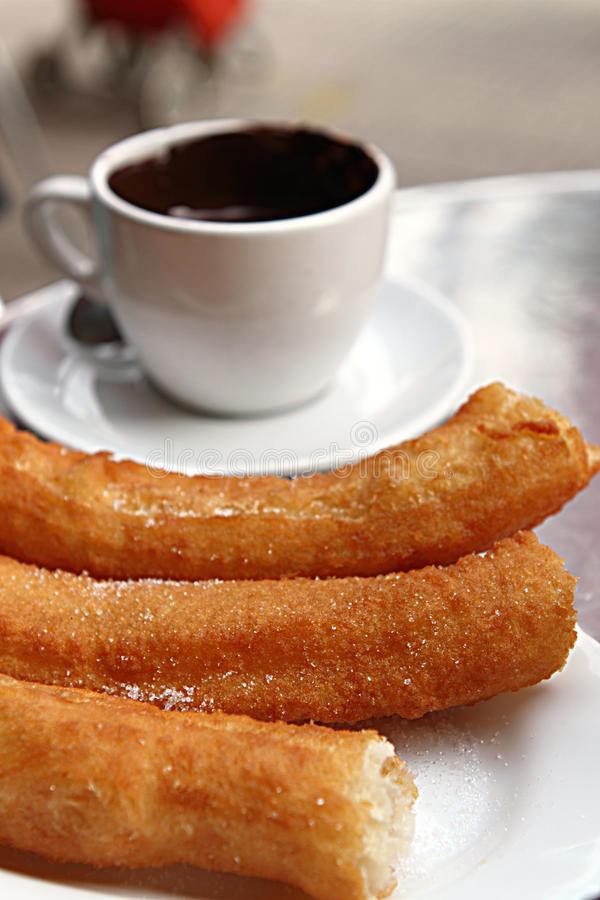 Churros Co Schokolade lizenzfreie stockfotos