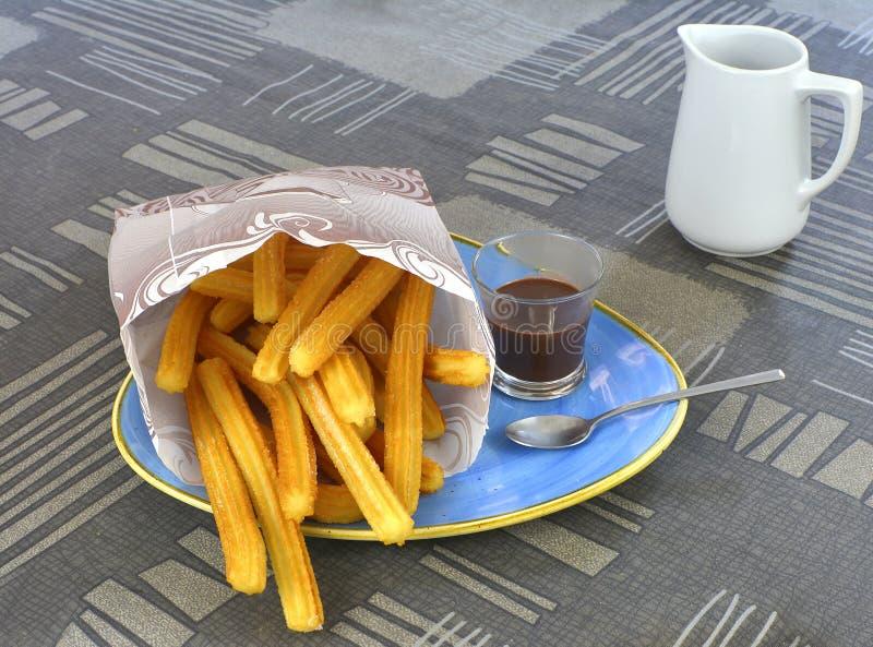 Churros met een kop van hete chocoladeclose-up stock afbeelding