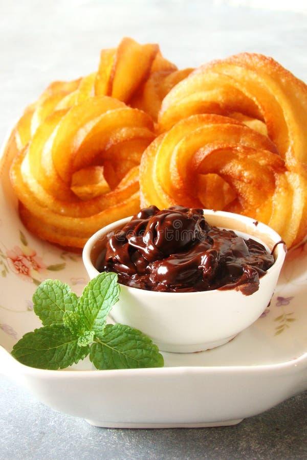 Download Churros Mit Schokoladenteigwarennachtisch Stockfoto - Bild von soße, süsse: 90226568